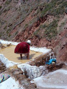Traditionelle Bearbeitung der Salzpfannen von Maras.